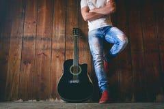 Акустическая гитара на деревянной текстуре с космосом экземпляра для текста и гитариста Концепция музыки и отдыха Гитара против д Стоковое Изображение