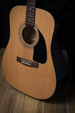 Акустическая гитара на деревянной предпосылке Стоковые Изображения