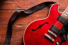 Акустическая гитара на деревянной предпосылке Стоковая Фотография