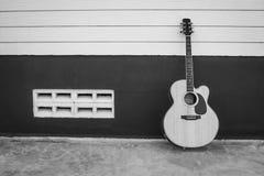 Акустическая гитара на предпосылке черно-белой Стоковая Фотография RF