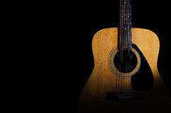 Акустическая гитара на черной предпосылке Конец-вверх Предпосылка для Стоковые Изображения RF