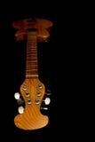 акустическая гитара черноты предпосылки сверх Стоковое фото RF