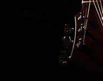 акустическая гитара черноты предпосылки сверх Стоковое Изображение
