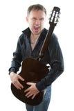 акустические агрессивныйые клекоты музыканта гитары Стоковые Фотографии RF
