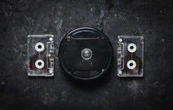 Акустические диктор и магнитофонная кассета на черной конкретной таблице Ретро технология Meloman Взгляд сверху Плоское положение Стоковая Фотография