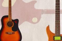 Акустические и электрические гитары и задняя часть тела гитары на предпосылке картона, с множеством космоса экземпляра Стоковые Фотографии RF