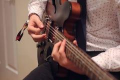 акустический гитарист гитары деталей вручает instrumant музыкальный играть игрока совершителя Стоковое фото RF