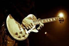 акустический гитарист гитары деталей вручает instrumant музыкальный играть игрока совершителя стоковое изображение rf