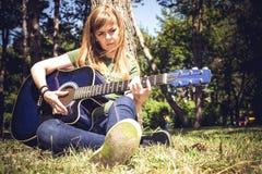 акустический гитарист гитары деталей вручает instrumant музыкальный играть игрока совершителя Стоковые Фотографии RF