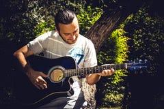 акустический гитарист гитары деталей вручает instrumant музыкальный играть игрока совершителя Стоковые Изображения