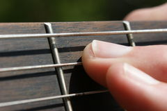 акустический гитарист гитары деталей вручает instrumant музыкальный играть игрока совершителя Стоковая Фотография RF