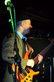 акустический гитарист гитары деталей вручает instrumant музыкальный играть игрока совершителя Стоковое Фото