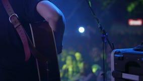 Акустический гитарист на этапе перед вентиляторами акции видеоматериалы