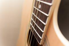 Акустический желтый конец гитары вверх стоковые изображения rf