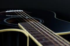 акустический макрос гитары конца черноты предпосылки вверх Стоковая Фотография RF