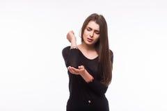 акутовая женщина боли локтя Женщина держит руку к пятну боли локтя показывая положение боли Стоковые Фотографии RF