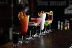 Алкогольные напитки выровнялись на баре стоковые фотографии rf