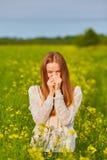 Аллергия цветня, девушка чихая Стоковые Фотографии RF