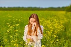 Аллергия цветня, девушка чихая Стоковое Фото