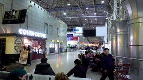 Алма-Ата, Казахстан - 4-ое декабря 2017: Зал ожидания авиапорта города Алма-Аты видеоматериал