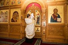 АЛМА-АТА, КАЗАХСТАН - 17-ОЕ ДЕКАБРЯ: Крестящ церемонию 17-ого декабря 2013 в Алма-Ате, Казахстан. Стоковое Фото