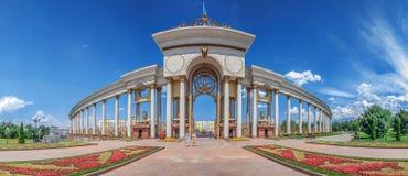 АЛМА-АТА, КАЗАХСТАН - 10-ОЕ ИЮЛЯ 2016: Столбец парка первого президента Стоковое фото RF