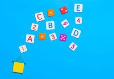 Алфавит и номер игрушки домашнего обучения на сини стоковое фото rf