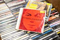 Альбом непобедимое 2001 CD Майкл Джексон на дисплее для продажи, известных американских музыканте и певице, стоковая фотография rf