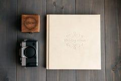 Альбом свадьбы белой кожи, деревянная коробка с днем свадьбы надписи и камера фото года сбора винограда стоковое изображение