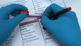 Альдостерон, доктор проверяя инкреть в пробеле лаборатории, показывая пробу крови в трубке сток-видео