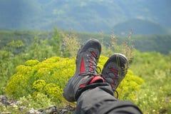 Альпинизм - пешие ботинки на горе Стоковое Фото