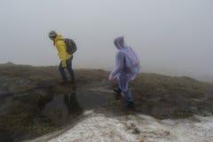 2 альпиниста идя на край горы стоковые фото
