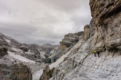 2 альпиниста на, который подвергли действию уступе в доломитах Стоковые Фотографии RF