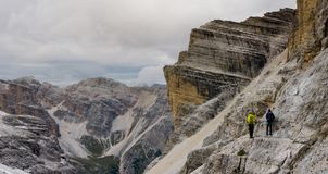 2 альпиниста на a через Ferrata на, который подвергли действию уступе Стоковое Изображение RF