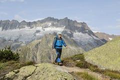 Альпинисты бродяжничают через швейцарские горные вершины Стоковое Изображение RF