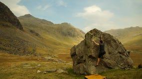 Альпинисты возглавляя вне для Bouldering в районе озера, Великобритании стоковые изображения rf