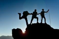 Альпинисты достигают саммит Стоковое фото RF