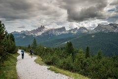 Альпинисты идя вниз с дороги в ландшафте горы доломита после трудного подъема стоковые изображения rf