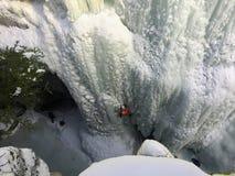 Альпинисты льда выкапывая внутри с их выборами льда и crampons как стоковая фотография rf