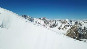 Альпинисты на краю пикового учителя Взбираться пик снега Весьма взгляд стоковые изображения