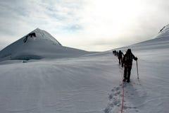 Альпинисты на леднике на высокогорном путешествии вызвали Спагетти Кругл в европейских Альп, массив Monte Роза, Италию стоковое фото rf