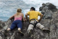 альпинисты скалы смотря сверх Стоковая Фотография RF