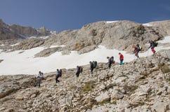 Альпинисты спуская вдоль скалистого пути Стоковое Изображение RF