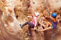 Альпинисты утеса взбираясь вверх холм с проводками Стоковое фото RF