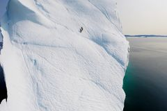 Альпинист взбирается ледник стоковая фотография