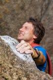 Альпинист во время взбираться гора стоковые изображения rf