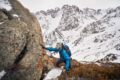 Альпинист в горах стоковые изображения rf