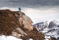 Альпинист в горах стоковое изображение rf