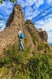 Альпинист дальше через мост ferrata стоковые изображения rf