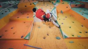 Альпинист двигает на особенную стену, нижний взгляд акции видеоматериалы